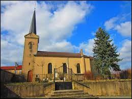 Voici l'église Sainte-Lucie, à Hinckange. Village du Grand-Est, dans l'ancienne région Lorraine, il se situe dans le département ...