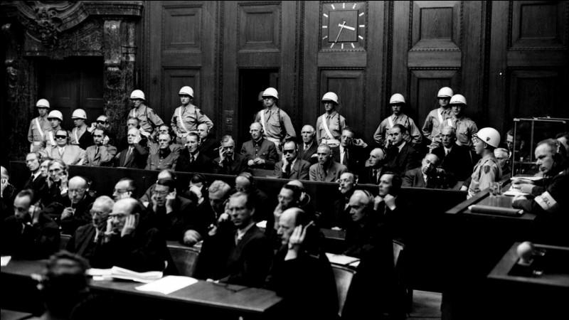 Dans quelle ville allemande le procès des criminels nazis s'est-il tenu de 1945 à 1946 ?