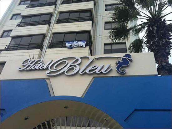 "Qui chante ""Blue Hotel"" ?"