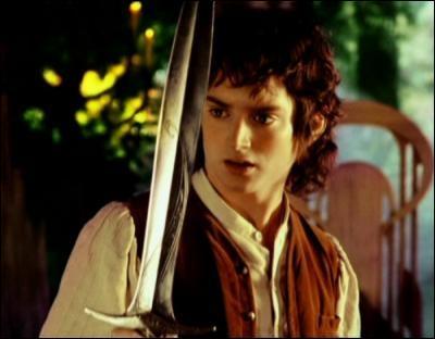 Quelle couleur prend la lame de l'épée que Bilbon a donné à son neveu lorsque des Orques ou des Gobelins se trouvent à proximité ?