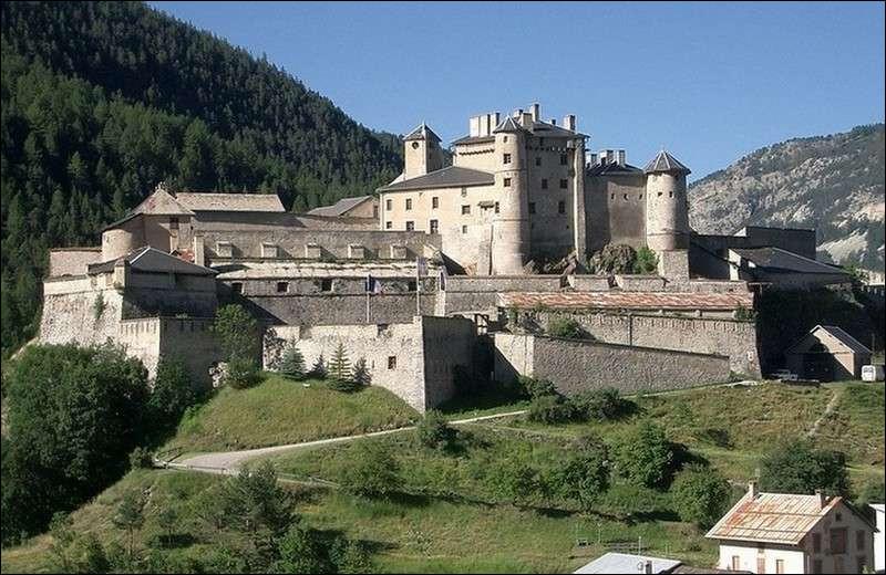 Dans quel département verrez-vous Château-Queyras, perché sur son piton rocheux ?