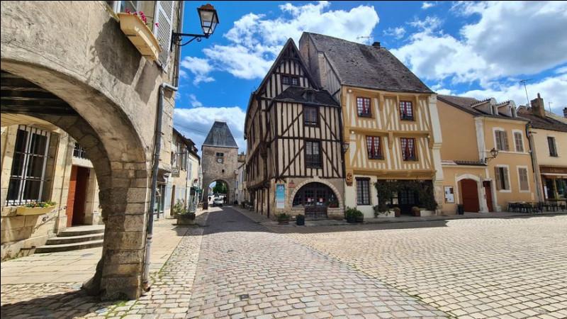 Dans quel département pourrez-vous visiter le village de Noyers-sur-Serein ?