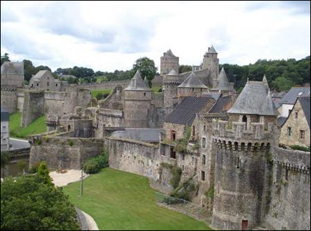Dans quel département irez-vous pour voir le château de Fougères avec ses trois enceintes et ses treize tours ?