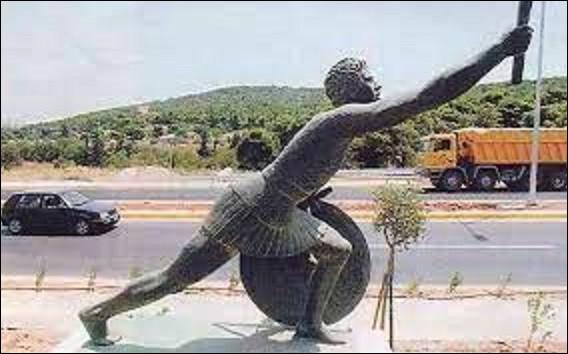 490 av. J.-C. : Les Athéniens empêchent un débarquement perse à Marathon. Selon la légende, le messager Phidippidès serait mort d'épuisement après avoir couru annoncer la victoire à Athènes. L'épreuve du marathon fut créée pour commémorer l'évènement aux Jeux olympiques, mais auxquels ?