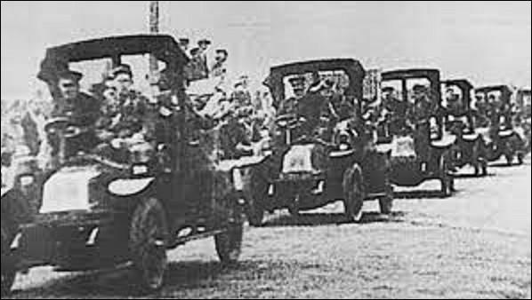 5 septembre 1914 : Les troupes françaises et britanniques engagent la première bataille de la Marne, qui permet de repousser l'offensive allemande. L'épisode le plus connu de la bataille est la réquisition par le général Gallieni de taxis parisiens, pour acheminer rapidement des troupes sur le front. Combien de ces véhicules seront réquisitionnés ?