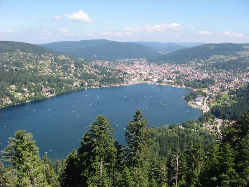 Partons des Alpes-de-Haute-Provence, nous arrivons dans les Vosges dans une commune connue pour son lac comment se nomme ce lac et sa commune ?