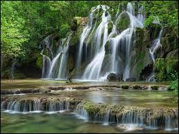 Nous voilà maintenant dans un département nommé le Jura nous contemplons cette cascade mais comment se nomme-t-elle ?