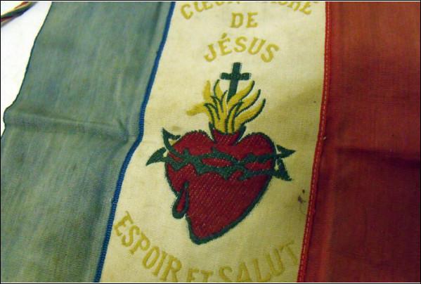Pendant la première guerre mondiale, Claire Ferchaud prétend recevoir une vision du Christ lui demandant de faire rajouter le Sacré-Cœur sur le drapeau tricolore. Comment se nomme ce drapeau, devenu symbole de la contre-révolution ?