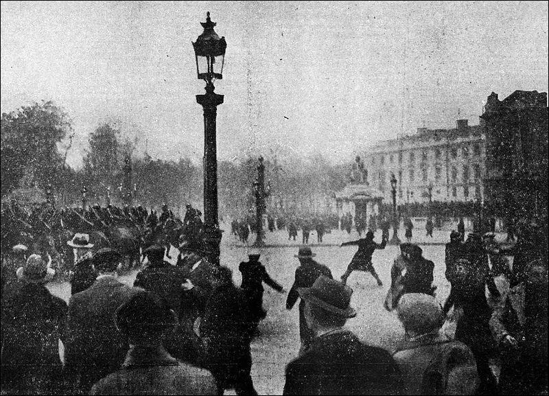 Le 6 février 1934 à Paris a lieu une grande manifestation (qui tournera à l'émeute) des ligues nationalistes et groupes d'anciens combattants contre le limogeage du préfet de police Jean Chiappe, à combien estime-t-on le nombre total de manifestants ?