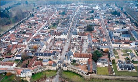 Dans quel département se trouve la ville de Richelieu, pensée par le cardinal du même nom ?