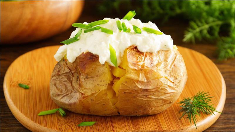 Comment appelle-t-on une pomme de terre cuite avec la peau ?