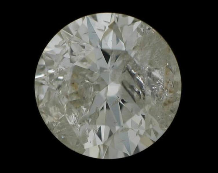 Quel nom donne-t-on à une tache, une impureté ou une anomalie qui se rencontre à l'intérieur d'un diamant ?