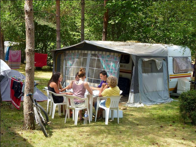 Quelle est la particularité du camping ''Le Diamant Noir'' de Sainte-Alvère en Dordogne ?