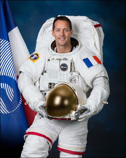 Je me suis envolé en 2016 à bord du vaisseau Soyouz pour rejoindre l'ISS. Le 22 avril 2021, j'ai débuté un deuxième voyage de six mois, toujours à bord de l'ISS. Je suis connu pour réaliser de magnifiques photographies de la Terre et de l'espace.Qui suis-je ?