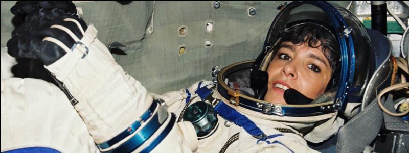 Je suis la seule femme spationaute française. J'effectue deux missions : en 1996, à bord de la station russe Mir, et en 2001 à bord de la Station Spatiale Internationale (ISS).Je m'appelle :