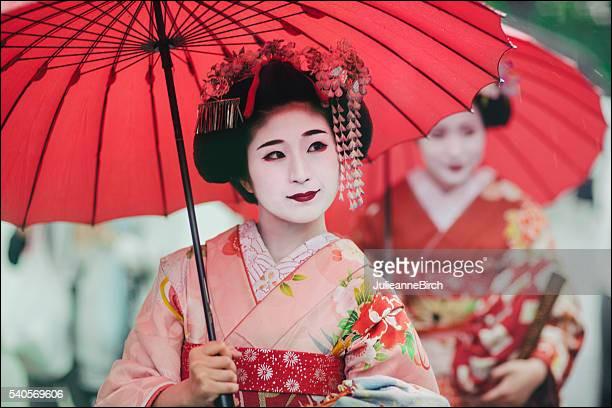 Niveau moyen : quel est cette dame qui est toujours sous son ombrelle ?