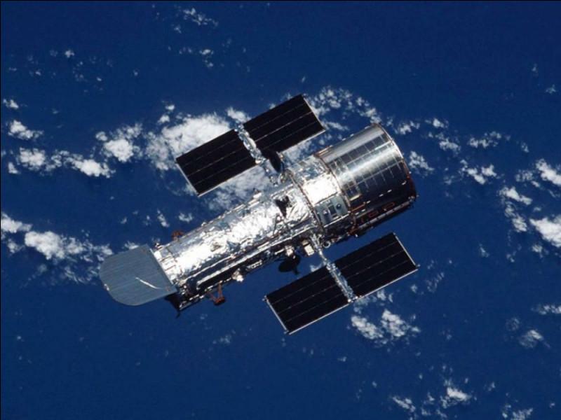 Le télescope Hubble a une masse d'environ 12 tonnes pour un volume égal à 60 mètres cubes. Quelle est sa masse volumique ?
