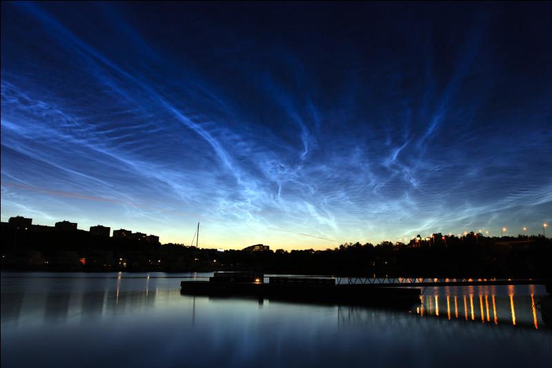 Passons à l'étage supérieur, à savoir dans la stratosphère, air propre et humidité quasi inexistant mais malgré cela, des nuages assez particuliers peuvent prendre forme, on les appelle...