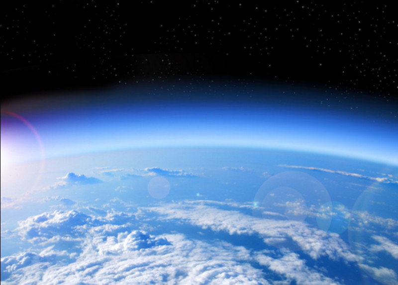 Je fais partie de la stratosphère, entre 20 et 40 kilomètres d'altitude. Je constitue un filtre naturel pour les rayons solaires ultraviolets.Je m'appelle...
