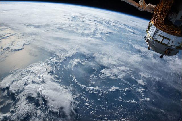 Je suis située entre 80 et 600 kilomètres d'altitude. Mon nom vient du fait que les rares particules qui se trouvent dans ma zone y sont portées à des températures très élevées.Quel est mon nom ?