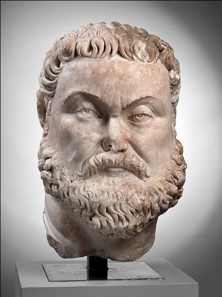 Déterminé, le co-empereur Maximien [...lequel ?] use de stratégies anti-insurrectionnelles. Après 7 mois de campagne, il remporte une victoire en hiver 286, mais... [Complétez !]
