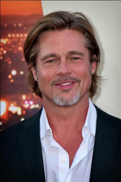 """Avant de devenir acteur, Brad Pitt travaillait dans le fast-food """"El Pollo Loco"""", qui vend du poulet grillé. Qu'a-t-il dû faire pour attirer des clients ?"""