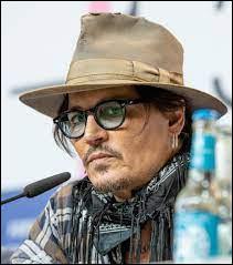 À quel âge Johnny Depp commence-t-il à fumer ?