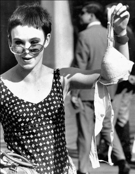 """Le 7 (1968) : Des militantes féministes organisent une manifestation, avec notamment une « poubelle de la liberté » où elles jettent """"Playboy"""", maquillage et divers objets représentant la domination masculine. C'était en marge de/d'une ... (Complétez !)"""