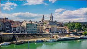Nous terminons notre balade dans le Val de Saône, à Tournus. Petite capitale du Tournugeois, elle se situe dans le département ...