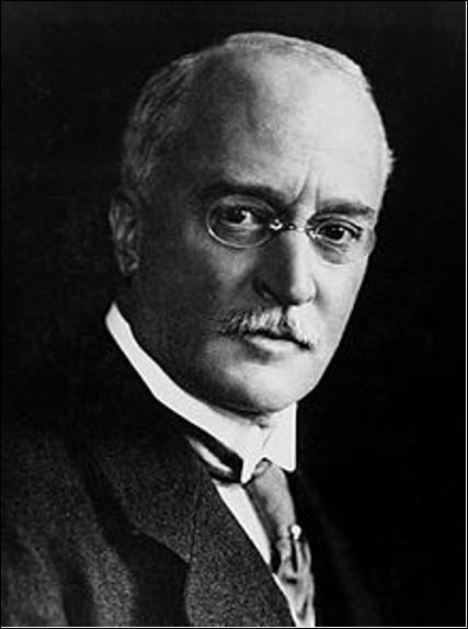 Qui est cet ingénieur allemand, inventeur en 1893 du moteur à combustion interne fonctionnant à l'huile lourde ?