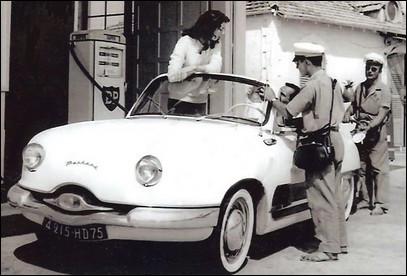 À cette époque, on vous bichonnait l'auto lors de la pause essence. Quel est ce beau cabriolet des années 60 ?