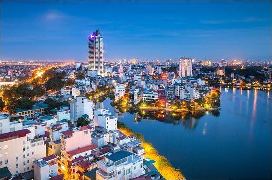 Géographie   Comment se nomme cette capitale d'Asie du Sud-Est, située sur les rives du fleuve Rouge et de son delta mais qui n'est que la deuxième ville de son pays par la population ?