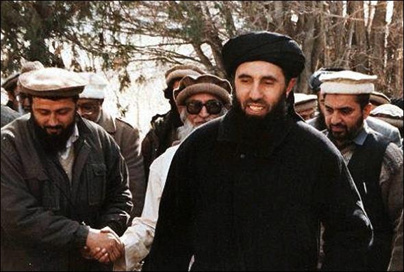 Cet homme, chef du parti islamiste (Hezb-i-islami), a combattu les soviétiques puis s'est opposé à Massoud après la prise de Kaboul en bombardant la ville ; il a ensuite soutenu les talibans et appelé appelle au djihad contre les États-Unis en 2004. De qui s'agit-il ?