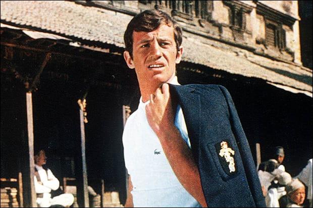 Il est Arthur Lempereur, milliardaire désoeuvré qui décide de partir sur son yacht avec sa fiancée Alice, son valet Léon, sa future belle-mère Suzy et Cornelius, le compagnon de celle-ci. Ils doivent faire le tour du monde. Quel est ce film sorti en 1965 ?