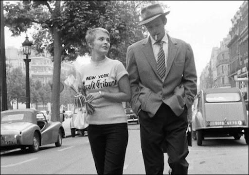 Dans son premier film avec Godard, il est Michel Poiccard, jeune voyou insolent, qui vole une voiture à Marseille et tue un gendarme. Arrivé à Paris, il retrouve Patricia, une étudiante américaine (Jean Seberg). C'est ...