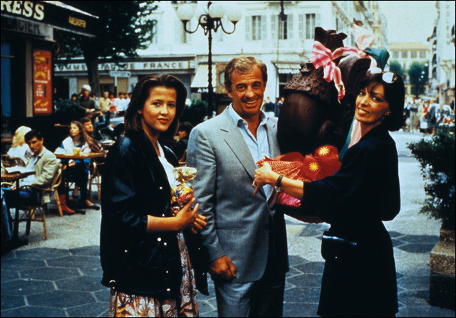 """Elle a joué dans quatre films aux côtés de Belmondo. Elle est Gisèle dans """"la Chasse à l'homme"""", la riche romancière Edmonde Puget-Rostand dans """"Flic ou Voyou"""", Hélène la femme du directeur de la banque dans """"Les Morfalous"""" et enfin Sophie Margelle, sa femme, dans """"Joyeuses Pâques"""" en 1984 : c'est ..."""