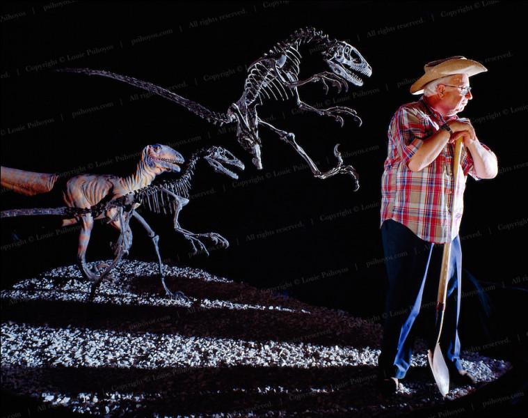 Après la découverte de ce dinosaure, il remit au goût du jour deux anciennes théories du 19e siècle selon lesquelles les petits dinosaures carnivores...