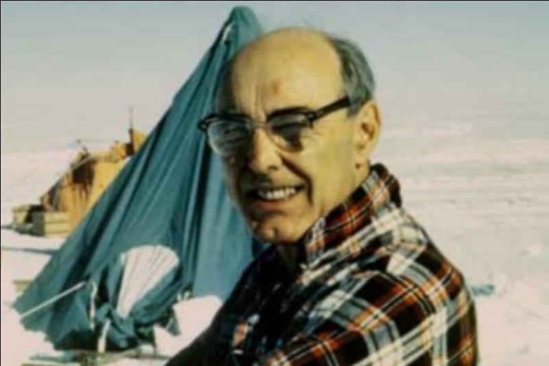 Edwin Colbert (1908-2001) est un paléontologue célèbre pour avoir découvert en 1947 une vingtaine de squelettes entiers de :
