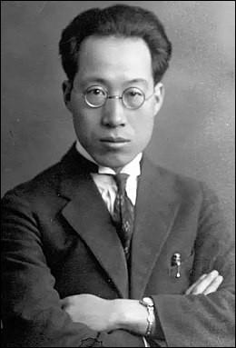 Yang Zhongjan (1897-1979) est considéré comme le père de la paléontologie chinoise. Dès 1949, date de la création de la république populaire de Chine, il supervise les découvertes parmi les plus importantes de fossiles de dinosaure de l'histoire. Parmi, elle :