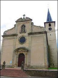 Nous sommes à Berthelming, devant l'église de l'Exaltation-de-la-Sainte-Croix. Village du Grand-Est, dans l'aire d'attraction Sarrebourgeoise, il se situe dans le département ...