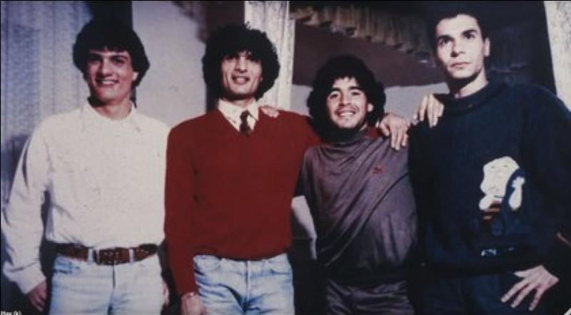 Avec quel clan de la Camorra Maradona devient-il intouchable, accro à la drogue et aux prostituées ?
