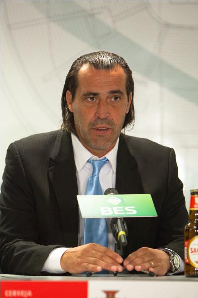 Qui remplace Maradona au poste de sélectionneur ?
