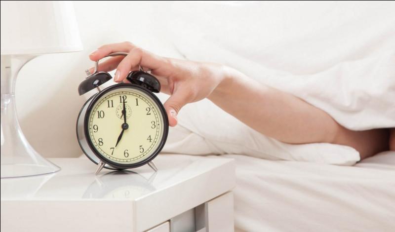 Il est 6h00 du matin, ton réveil sonne pour la rentrée mais tu as la flemme de te lever.Que fais-tu ?