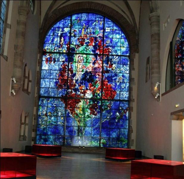 """Quelle ville détient le plus grand vitrail de Marc Chagall intitulé """"L'Arbre de vie"""" ?"""