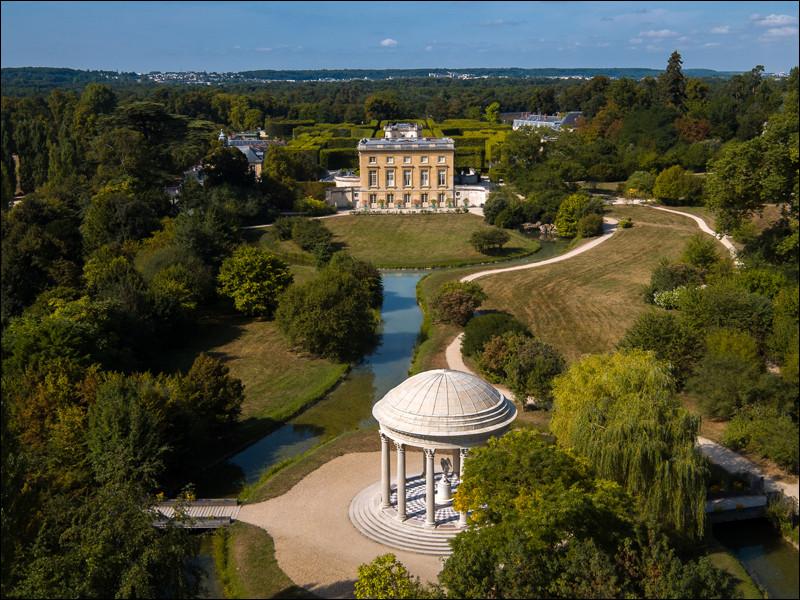 """C'est Louis XV qui fit édifier """"Le Petit Trianon"""", à Versailles, et c'est la comtesse du Barry, sa maîtresse du moment, qui l'inaugura en 1769. Versailles se trouve dans quel département ?"""