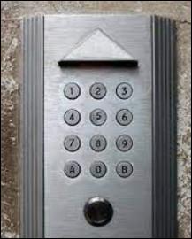 Quel code faut-il taper dans la cabine téléphonique ?