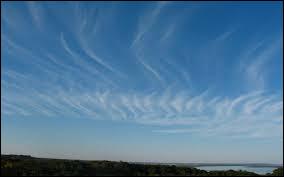 La troposphère terrestre s'étend, en moyenne, entre 12 et 50 km d'altitude.