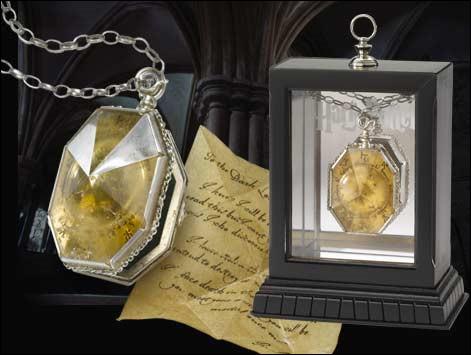 Cite les initiales écrites sur le médaillon de Salazar Serpentard.