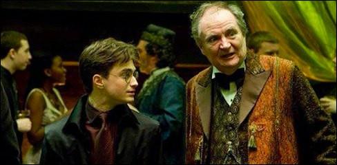 Qui accompagne Harry à la soirée de Slughorn ?