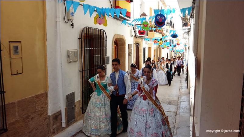 Comment se nomme cette forme musicale et danse ancienne, au XVIIe s., ritournelles originaires d'Espagne que l'on suppose avoir été jouées ou chantées dans la rue ?